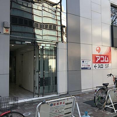 看板のすぐ先にビルの入口があります。
