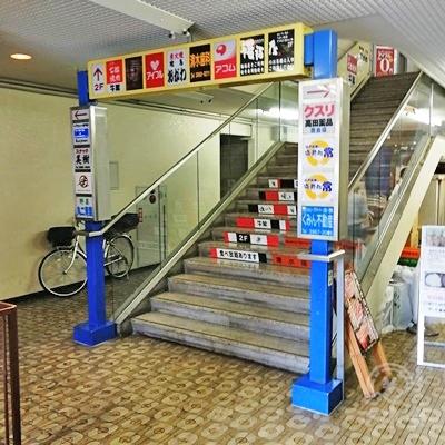 階段があり、アコムは2階にあります。