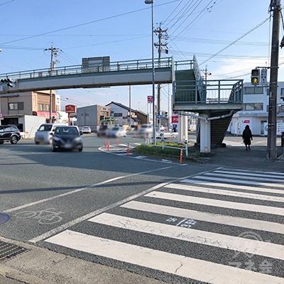 413号線交差点を右折して横断歩道を渡ります。
