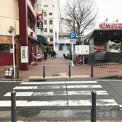 カフェベローチェの前の小さい横断歩道を渡ります。