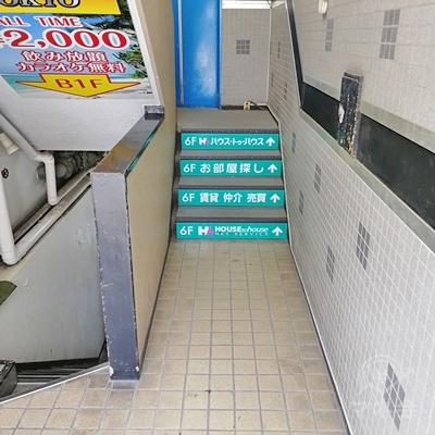 入口に入ると、階段があります。階段を上ると、エレベーターがあります。