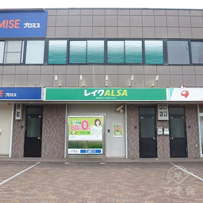 店舗は国道から奥まった位置にあるビルの中央、1階にあります。