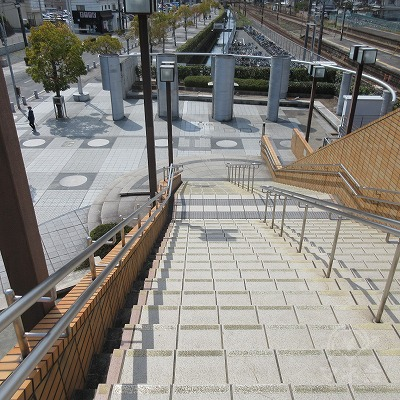 右の階段で下ります。