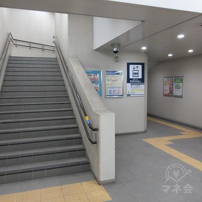 右へ進み階段又はエレベーターで上へ上がります。