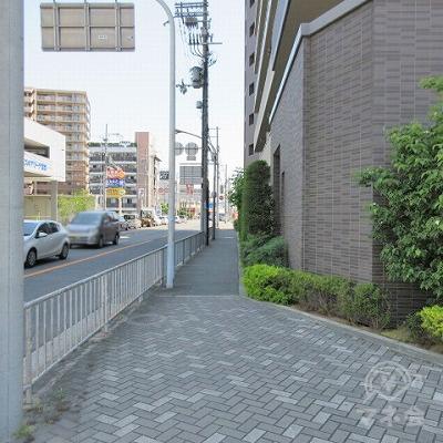 左へ進みます。先のSUZUKIは左側にあります。