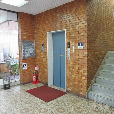 エレベーター又は階段で2階にあがります。