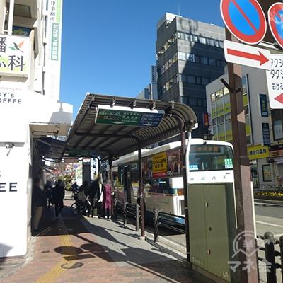 バス停の前を進みます。