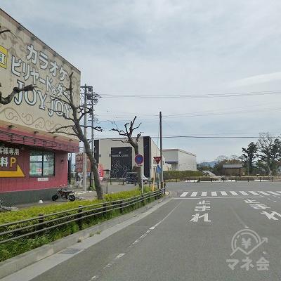カラオケJOYJOYのある交差点を左折します。