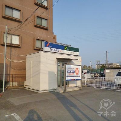 駐車場奥の一角にプロミスの独立型店舗があります。