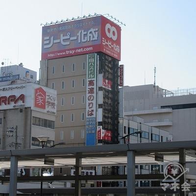 左斜め方向、シーピー化成の看板がある建物を目差します。
