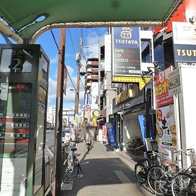 バス停・ツタヤ・CoCo壱番屋等を見ながら歩道を歩きます。