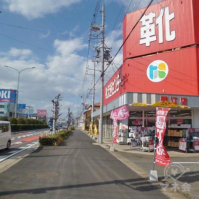 東京靴流通センターの次の交差点を右折してください。