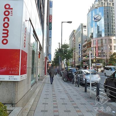 「本町通」沿いの歩道を歩きます。