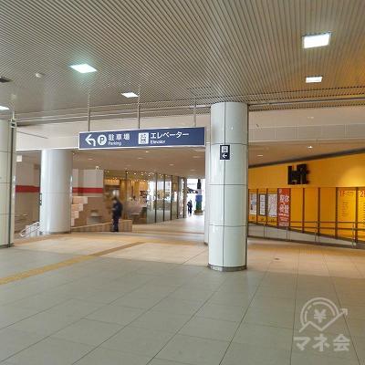 改札を抜けたら、駅ビル内を直進してください。