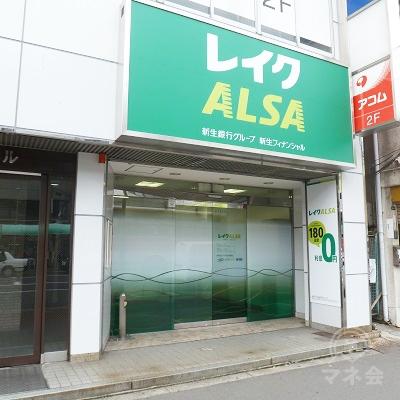 店舗は歩道に面したビル1階です。