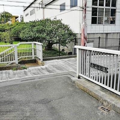橋の名称は永山小橋です。右に行きます。