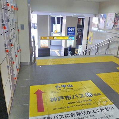 改札を出たらそのまま直進。階段を下ります。