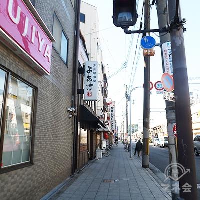 横断歩道を渡った後直進します。右は大阪環状線です。