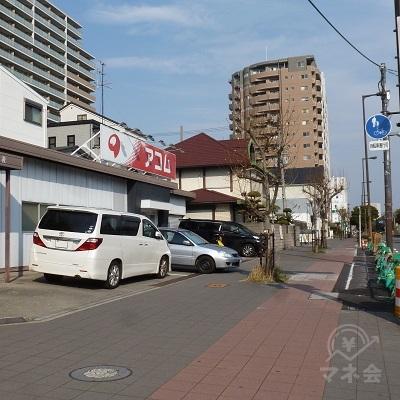 右折、花博記念公園方面の道路に入った直後、左手に店舗があります。