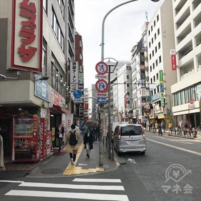 高架下を過ぎたら野郎ラーメンのほうに早稲田通りを直進します。