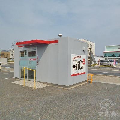 駐車場の一角にアコムの独立型店舗があります。