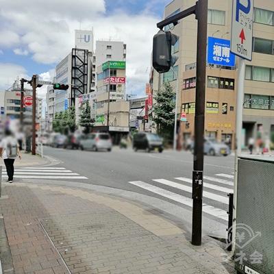 外に出たら右手に見えている横断歩道を渡ります。横断歩道を渡ったら左へ進みます。