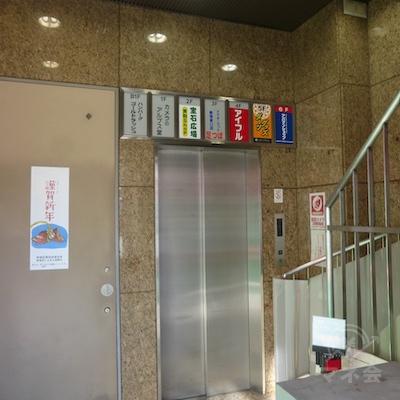 奥のエレベーターで4階にどうぞ。