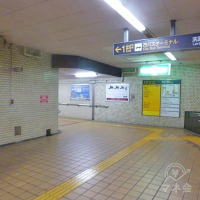 地下構内の突き当たり左手に1番出口があります。