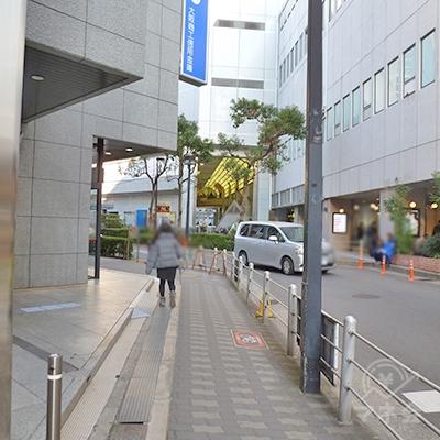 左手は三井住友銀行です。歩道が途中で左に屈折します。