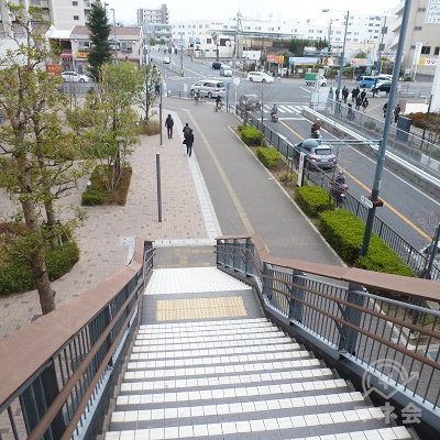 階段を下りると右手に歩道があり、これを奥方向へ進みます。