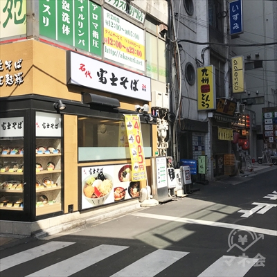 富士そばを左に曲がって路地に入ります。