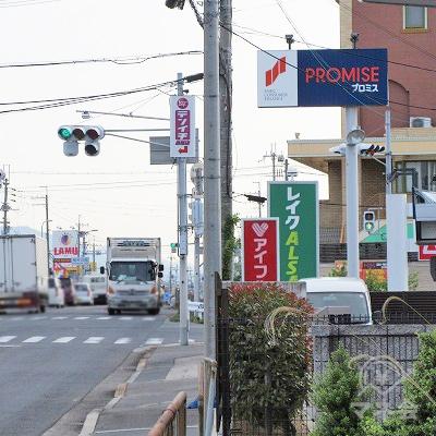 桜井川交差点手前ぐらいから、レイクALSAの看板が目に入ります。