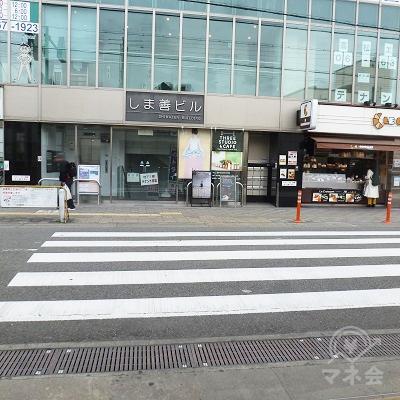 出口正面にある横断歩道を渡り、右折、歩道を歩きます。