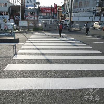 横断歩道と橋を渡り、再び横断歩道を渡ります。