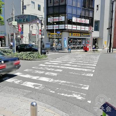 横断歩道を渡り直進します。