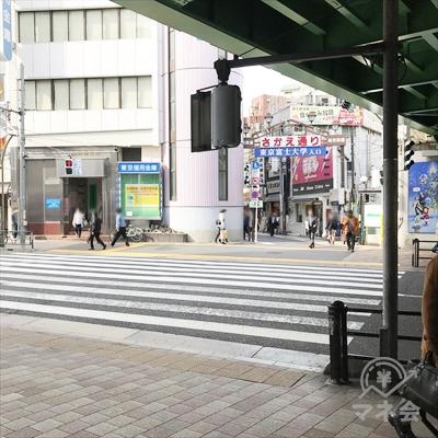 高架下をくぐって横断歩道で早稲田通りを右のさかえ通り側に渡ります。