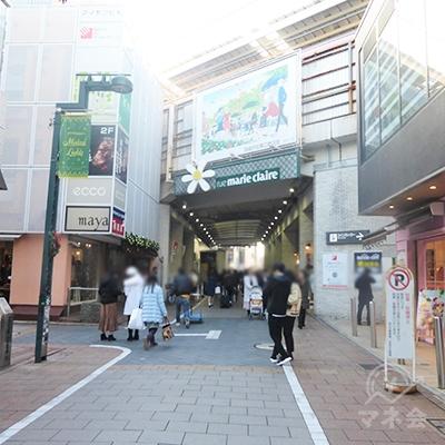 マリ・クレール通りを進み、東横線の高架下をくぐります。