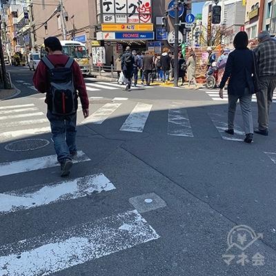 横断歩道を渡りましょう。