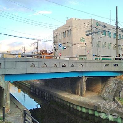 橋を渡り、左へ進みます。