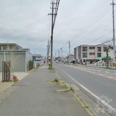 大通り沿いを約850m真っすぐに進みます。