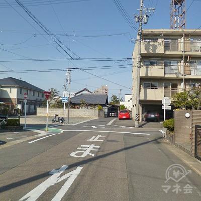 右手に4階建てマンションがある交差点を左折します。