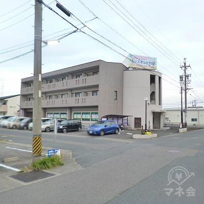 左手に3階建てマンションが現れたら、その手前を左折します。