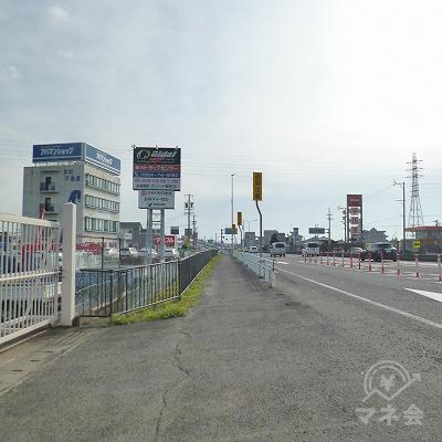 大通り沿いを150m歩きます。