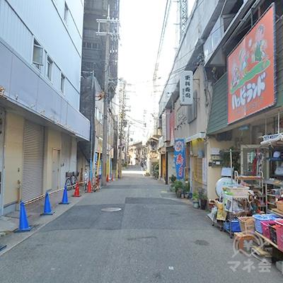 高架に沿って進みます。高架下にも店舗があります。
