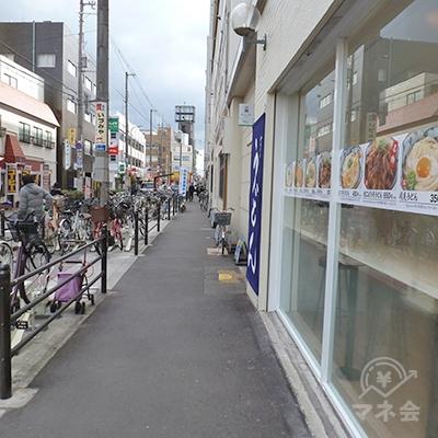 歩道を80mほど歩きます。右はうどん屋、近商が並んでます。