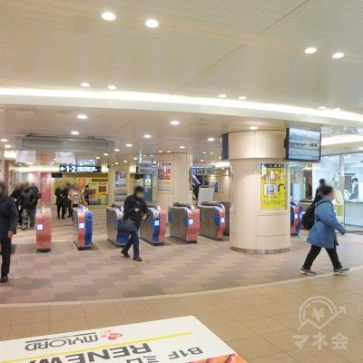 本厚木駅の中央改札口を出ます。