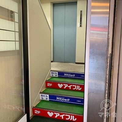 エレベーターで2Fへ上がりましょう。