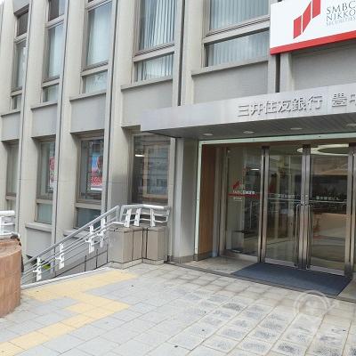 SMBC日興証券のすぐ手前にある、左の階段を下ります。