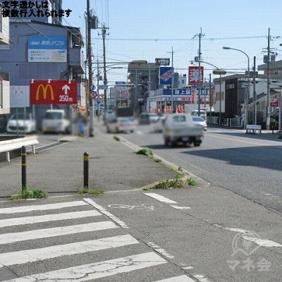 横断歩道を渡り、マクドナルドの看板方向に進みます。