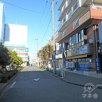 駅前ロータリーの右側に道路があります。こちらを進みます。